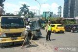 VIDEO - Beban terlalu berat, truk ini ambruk di tengah jalan