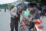 Puluhan senjata tajam diamankan polisi saat razia