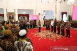 Presiden menyerahkan piala kepada pemenang Festival Gapura Cinta Negeri