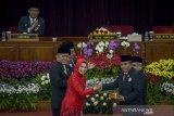 Ketua DPRD Jawa Barat periode 2014-2019 Ineu Purwadewi Sundari (kiri) memberikan palu sidang kepada Ketua DPRD sementara Taufik Hidayat (kanan) saat pelantikan anggota DPRD Jawa Barat terpilih di Gedung Merdeka, Bandung, Jawa Barat, Senin (2/9/2019). Sebanyak 120 Anggota DPRD Jabar terpilih periode 2019-2024 resmi dilantik pada rapat Paripurna DPRD Jawa Barat yang digelar atas dasar dua keputusan Menteri Dalam Negeri (Mendagri) Tjahjo Kumolo. ANTARA FOTO/Raisan Al Farisi/agr