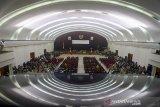 Suasana pelantikan anggota DPRD Jawa Barat terpilih di Gedung Merdeka, Bandung, Jawa Barat, Senin (2/9/2019).  Sebanyak 120 Anggota DPRD Jabar terpilih periode 2019-2024 resmi dilantik pada rapat Paripurna DPRD Jawa Barat yang digelar atas dasar dua keputusan Menteri Dalam Negeri (Mendagri) Tjahjo Kumolo. ANTARA FOTO/Raisan Al Farisi/agr