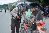 Papua Terkini - Polisi mengamankan puluhan senjata tajam saat razia