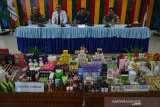 Kepala Balai Besar Pengawasan Obat dan Makanan (BBPOM) Banda Aceh, Zulkifli (kedua kanan) didampingi Satuan Kerja Pemerintah Aceh memperlihatkan sejumlah produk impor kosmetik ilegal saat rilis kasus di Banda Aceh, Aceh, Senin (2/9/2019). BBPOM menyita sebanyak 926 item (10.586 pieces) kosmetik ilegal tanpa izin edar dan mengandung bahan berbahaya di enam kabupaten/kota provinsi Aceh dalam operasi penertiban dan sebanyak 33 pedagang sebagai pengedar mendapat sanksi berupa peringatan dan pembinaan. Antara Aceh/Ampelsa.