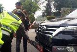 Gunakan plat palsu, mobil dinas legislator Sumbar ditilang