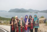 Vice President's wife was fascinated by the beauty of Mandeh tourist attraction