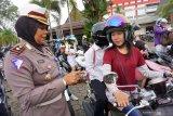 Kasat Lantas Polresta Pontianak Kompol Syarifah Salbiah (kiri) memeriksa kelengkapan surat pengendara motor saat pelaksanaan Operasi Patuh Kapuas 2019 di Pontianak, Kalimantan Barat, Senin (2/9/2019). Operasi yang berlangsung dari 29 Agustus hingga 11 September tersebut bertujuan untuk meningkatkan kesadaran berlalu lintas dan menekan jumlah pelanggaran lalu lintas. ANTARA FOTO/Jessica Helena WuysangANTARA FOTO/JESSICA HELENA WUYSANG (ANTARA FOTO/JESSICA HELENA WUYSANG)