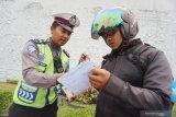 Seorang petugas Sat Lantas Polresta Pontianak menjelaskan prosedur mengikuti persidangan dan menebus surat ijin mengemudi saat pelaksanaan Operasi Patuh Kapuas 2019 di Pontianak, Kalimantan Barat, Senin (2/9/2019). Operasi yang berlangsung dari 29 Agustus hingga 11 September tersebut bertujuan untuk meningkatkan kesadaran berlalu lintas dan menekan jumlah pelanggaran lalu lintas. ANTARA FOTO/Jessica Helena WuysangANTARA FOTO/JESSICA HELENA WUYSANG (ANTARA FOTO/JESSICA HELENA WUYSANG)