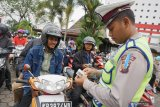 Seorang anggota Sat Lantas Polresta memeriksa kelengkapan surat pengendara motor saat pelaksanaan Operasi Patuh Kapuas 2019 di Pontianak, Kalimantan Barat, Senin (2/9/2019). Operasi yang berlangsung dari 29 Agustus hingga 11 September tersebut bertujuan untuk meningkatkan kesadaran berlalu lintas dan menekan jumlah pelanggaran lalu lintas. ANTARA FOTO/Jessica Helena WuysangANTARA FOTO/JESSICA HELENA WUYSANG (ANTARA FOTO/JESSICA HELENA WUYSANG)