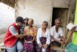 Seorang dokter memeriksa kesehatan warga lansia di Cemarajaya, Karawang, Jawa Barat, Selasa (3/9/2019).Pertamina bersama Pertamedika melakukan pemeriksaan kesehatan keliling kepada warga di wilayah terdampak tumpahan minyak mentah meliputi pemeriksaan fisik, tekanan darah dan pengobatan penyakit lainnya. ANTARA FOTO/M Ibnu Chazar/agr
