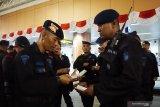 Sejumlah anggota Brimob Polda Kalbar memeriksa tiket pesawat seusai upacara pelepasan Bantuan Kendali Operasi (BKO) Brimob di Bandara Supadio, Kabupaten Kubu Raya, Kalimantan Barat, Kamis (29/8/2019) malam. Polda Kalbar kembali memberangkatkan 180 personil Brimob ke Papua untuk melakukan pengamanan pasca aksi unjuk rasa rusuh di daerah tersebut. ANTARA FOTO/Jessica Helena WuysangANTARA FOTO/JESSICA HELENA WUYSANG (ANTARA FOTO/JESSICA HELENA WUYSANG)
