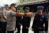 Kapolda Kalbar Irjen Pol Didi Haryono (kedua kiri) didampingi Wakapolda Kalbar Brigjen Pol Imam Sugianto (kiri) berbincang dengan personil Brimob Polda Kalbar saat upacara pelepasan Bantuan Kendali Operasi (BKO) Brimob di Bandara Supadio, Kabupaten Kubu Raya, Kalimantan Barat, Sabtu (31/8/2019) malam. Polda Kalbar kembali memberangkatkan 180 personil Brimob ke Papua untuk melakukan pengamanan pasca aksi unjuk rasa rusuh di daerah tersebut. ANTARA FOTO/Jessica Helena WuysangANTARA FOTO/JESSICA HELENA WUYSANG (ANTARA FOTO/JESSICA HELENA WUYSANG)