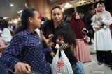 Sejumlah anggota keluarga personil Brimob menangis melepas keberangkatan pasukan Bantuan Kendali Operasi (BKO) Brimob di Bandara Supadio, Kabupaten Kubu Raya, Kalimantan Barat, Sabtu (31/8/2019) malam. Polda Kalbar kembali memberangkatkan 180 personil Brimob ke Papua untuk melakukan pengamanan pasca aksi unjuk rasa rusuh di daerah tersebut. ANTARA FOTO/Jessica Helena WuysangANTARA FOTO/JESSICA HELENA WUYSANG (ANTARA FOTO/JESSICA HELENA WUYSANG)