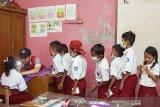 Seorang dokter memeriksa kesehatan siswa di SDN 1 Cemarajaya, Karawang, Jawa Barat, Selasa (3/9/2019). Pertamina bersinergi bersama Pertamedika memberikan pelayanan kesehatan gratis dan membagikan masker serta mengedukasi siswa berupa penyuluhan tentang menjaga kebersihan dan kesehatan di wilayah terdampak tumpahan minyak mentah. ANTARA FOTO/M Ibnu Chazar/agr