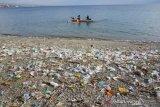 Sampah plastik penuhi pantai