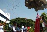 Executive Vice President Telkom Regional V Jatim, Bali, Nusa Tenggara  Suparwiyanto (kanan), didampingi Ketua Lembaga Perlindungan Konsumen Surabaya, Said Sutomo (dua dari kanan), memotong pita pelepasan balon menandai peringatan Hari Pelanggan di Telkom, Jalan Ketintang, Surabaya, Rabu (4/9). Memperingati Hari Pelanggan jajaran Telkom Jatim Bali Nusra menggelar berbagai kegiatan di antaranya bakti sosial, sepeda santai dan pemberian santunan kepada kalangan survivor kanker. (Antarajatim/Slamet Hadi Purnomo)