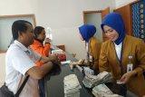 Direksi Bank BJB sapa pelanggan  dan ikut  layani nasabah di Makassar