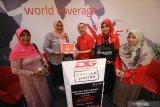 Vice President Consumer Sales area Jawa Bali Telkomsel Muhammad Syawaluddin (tengah) didamping GM HVC and Direct Channel Management area Jawa Bali Telkomsel Retno Wardani (kedua kanan) memberikan hadiah kepada salah satu pelanggan yang beruntung di Surabaya, Jawa Timur, Rabu (4/9/2019). Memperingati Hari Pelanggan Nasional yang ke-16 Telkomsel mengapresiasi pelanggan setianya dengan sejumlah program khusus diantaranya kuota internet 4GB seharga Rp10 dan penukaran berbagai hadiah melalui Telkomsel Poin. Antara Jatim/Moch Asim/zk.