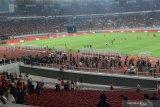 Suporter Malaysia terpaksa selamatkan diri setelah laga lawan Indonesia