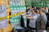 Sebanyak 551 bal pakaian bekas impor ilegal di Bandung disita
