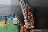 Tim SAR gabungan mengevakuasi anak buah kapal (ABK), Luigi Misadin warga Krosia dari kapal Tanker MT Gola Kevlin berbendera Marshall ke KN Krisna Basarnas di Selat Benggala, perairan Pulau Aceh, Aceh Besar, Aceh, Kamis (5/9/2019). ABK Luigi Misadin warga Krosia itu dievakuasi ke rumah sakit di Banda Aceh untuk mendapat perawatan karena mengalami gangguan pencernaan dan kapal MT Gola Kevlin yang berangkat dari Singapura itu kembali melanjutkan perjalanan menuju Brazil. Antara Aceh/Ampelsa.