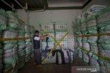 Petugas Perlindungan Konsumen dan Tertib Niaga (PKTN) Kementerian Perdagangan memeriksa barang berupa pakaian bekas tidak layak pakai yang disita di gudang kawasan Gedebage, Bandung, Jawa Barat, Kamis (5/9/2019). Penyitaan sebanyak 551 bal pakaian bekas yang mencapai Rp 5 milliar tersebut diduga mengandung banyak bibit penyakit dan membahayakan kesehatan. ANTARA FOTO/Raisan Al Farisi/agr