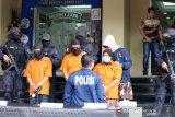 Polisi tangkap tiga tersangka baru, kasus istri bunuh suami dan anak tiri yang dibakar dalam mobil