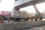 Petugas butuh enam jam evakuasi truk limbah terguling di Cikampek
