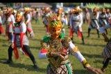 Peserta menari tari Klono Sewu secara kolosal di Alun-alun Jombang, Jawa Timur, Jumat (6/9/2019). Pementasan tari khas Jombang secara kolosal tersebut digelar untuk menanamkan pendidikan karakter, sekaligus menjaga dan melestarikan budaya kepada generasi muda serta menjadi ajang pembuka bulan berkunjung Jombang yang dicanangkan pemerintah. ANTARA FOTO/Syaiful Arif/nym