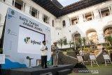 Gubernur Provinsi Jawa Barat Ridwan Kamil (kanan) bersama Wakil Gubernur Provinsi Jawa Barat Uu Ruzhanul Ulum (kiri) memberikan informasi pada acara Informasi Kang Emil (informil) Satu Tahun Jabar Juara di Gedung Sate, Bandung, Jawa Barat, Jumat (6/9/2019). Kegiatan tersebut dilaksanakan sebagai informasi pencapaian dan evaluasi gagasan serta program dalam pembangunan Provinsi Jawa Barat selama setahun dipimpin oleh Ridwan Kamil dan Uu Ruzhanul Ulum. ANTARA FOTO/Novrian Arbi/agr