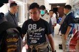 Petugas Komisi Pemberantasan Korupsi (KPK) bersama petugas kepolisian keluar dari ruang kerja Bupati Bengkayang usai penggeledahan di Kantor Bupati, Bengkayang, Kalimantan Barat, Jumat (6/9/2019). KPK menggeledah sejumlah ruang kerja pejabat di Kantor Bupati Bengkayang serta Kantor Dinas Pekerjaan Umum dan Perumahan Rakyat (PUPR) Bengkayang pasca Operasi Tangkap Tangan (OTT) terhadap Bupati Bengkayang, Suryadman Gidot beserta sejumlah pejabat lainnya pada Selasa (3/9/2019). ANTARA FOTO/Nopi Saputra/jhwANTARA FOTO/NOPI SAPUTRA (ANTARA FOTO/NOPI SAPUTRA)