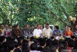Presiden Joko Widodo (kelima kanan) didampingi Menteri Lingkungan Hidup dan Kehutanan Siti Nurbaya (ketiga kanan), Menteri Koordinator Perekonomian Indonesia Darmin Nasutin (kedua kiri) dan Gubernur Kalbar Sutarmidji (ketiga kiri) saat penyerahan sertifikat Tanah Obyek Reforma Agraria (TORA) di Hutan Lindung Digulis, Pontianak, Kalimantan Barat, Kamis (5/9/2019). Presiden Joko Widodo melakukan kunjungan kerja di Pontianak untuk membagikan sertifikat program TORA bagi masyarakat adat se-Kalimantan dan sertifikat hak atas lahan. ANTARA FOTO/Jessica Helena WuysangANTARA FOTO/JESSICA HELENA WUYSANG (ANTARA FOTO/JESSICA HELENA WUYSANG)