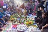 Sejumlah tokoh adat dan masyarakat berdoa saat tradisi babaritan di Kampung Guro III, Desa Karawang Wetan, Karawang, Jawa Barat, Sabtu (7/9/2019). Tradisi tersebut dilakukan untuk menjaga dan melestarikan tradisi leluhur sebagai bentuk rasa bersyukur atas rezeki melalui seluruh kekayaan hasil bumi dari darat, laut dan udara yang diberikan Tuhan. ANTARA FOTO/M Ibnu Chazar/agr