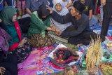 Seorang tokoh adat berdoa untuk warga yang kesurupan saat tradisi babaritan di Kampung Guro III, Desa Karawang Wetan, Karawang, Jawa Barat, Sabtu (7/9/2019). Tradisi tersebut dilakukan untuk menjaga dan melestarikan tradisi leluhur sebagai bentuk rasa bersyukur atas rezeki melalui seluruh kekayaan hasil bumi dari darat, laut dan udara yang diberikan Tuhan. ANTARA FOTO/M Ibnu Chazar/agr
