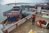 Petugas SPBU mempersiapkan selang saat mendistribusikan bahan bakar minyak (BBM) premium dan solar dari kapal ke tangki penyimpan di SPBU Pulau Balai, Kecamatan Pulau Banyak, Kabupaten Aceh Singkil, Aceh, Minggu (8/9/2019). PT Pertamina (persero) menyuplai sebanyak 32.000 liter premium dan solar subsidi satu harga dalam seminggu menggunakan kapal khusus kontruksi kayu untuk kebutuhan sejumlah nelayan dan masyarakat Pulau Banyak yang terdiri dari(99 pulau besar dan kecil di wilayah terluar di Aceh. Antara Aceh/Ampelsa.