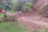 Longsor Sepanjang Delapan Meter Tutupi Jalan di Agam
