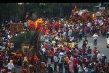 Sejumlah peserta mengikuti kirab budaya dan kesenian di Jalan Daan Mogot, Kota Tangerang, Banten, Minggu (8/9/2019). Kegiatan yang dilaksanakan oleh Vihara Dhamma Budhi Bakti ini diikuti oleh beberapa kesenian daerah di Indonesia dan 148 Tandu Dewa atau Ki Oh dari berbagai vihara di Pulau Jawa, Palembang dan Lampung. ANTARA FOTO/Fauzan/nym.