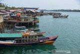 Sejumlah kapal nelayan tradisional berlabuh di teluk pulau Balai, Kecamatan Pulau Banyak, Kabupaten Aeh Singkil, Aceh, Minggu (8/9/2019). Pulau terluar, Pulau Banyak (99 pulau) dengan luas wilayah sekitar 27.000 kilometer persegi dan jumlah penduduknya 5.900 jiwa itu sekitar 70 persen di antaranya berprofesi sebagai nelayan yang membutuhkan kelancaran pasokan bahan bakar minyak dari daratan Kabupaten Aceh Singkil. Antara Aceh/Ampelsa.