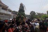 Peringati Muharam, ratusan warga berebut gundukan berisi sayur mayur