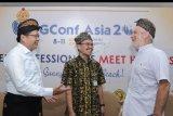 Chairman PostgreSQL Conference Asia (PGConf.Asia 2019) Julyanto Sutandang (kiri), Founder PostgreSQL Global Development Group Bruce Momjian (kanan) serta akademisi dan developer PostgreSQL Sudarko Darko berbincang saat kegiatan PGConf.Asia 2019 di Sanur, Denpasar, Bali, Senin (9/9/2019). Konferensi internasional tentang berbagai aspek software database open source PostgreSQL tersebut mempertemukan pengguna, pengembang dan ahli PostgreSQL yang diharapkan dapat berkontribusi terhadap peningkatan SDM dalam bidang teknologi informasi dan mendukung potensi ekonomi digital. ANTARA FOTO/Fikri Yusuf/nym.