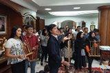 Muda-mudi Kamboja nobar film