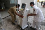 Petugas memindahkan peralatan medis ke tempat yang lebih aman saat kebakaran ruang laboratorium Rumah Sakit Umum Daerah (RSUD) Gambiran 2 Kota Kediri, Jawa Timur, Senin (9/9/2019). Sedikitnya sepuluh pasien dipindahkan ke tempat yang lebih aman akibat kebakaran yang belum diketahui penyebabnya dan masih dalam tahap penyelidikan pihak kepolisian. Antara Jatim/Prasetia Fauzani/zk.