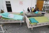 Sejumlah kerabat pasien berada di dekat tempat tidur yang diamankan di luar halaman usai kebakaran ruang laboratorium Rumah Sakit Umum Daerah (RSUD) Gambiran 2 Kota Kediri, Jawa Timur, Senin (9/9/2019). Sedikitnya sepuluh pasien dipindahkan ke tempat yang lebih aman akibat kebakaran yang belum diketahui penyebabnya dan masih dalam tahap penyelidikan pihak kepolisian. Antara Jatim/Prasetia Fauzani/zk.