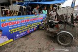 Personil Satuan Lalu Lintas Polresta Banda Aceh memberikan pemahaman dan sosialiasi tentang operasi patuh rencong 2019 kepada pengemudi angkutan roda tiga (becak motor) dengan cara mendatangi tempat-tempat pangkalan di Banda Aceh, Aceh, Senin (9/9/2019). Selain menggelar razia di jalan-jalan, personil Polresta Banda Aceh juga memberikan sosialisasi tentang pentingnya melengkapi peralatan berkendara dan surat-surat kendaraan bermotor. Antara Aceh / Irwansyah Putra.