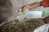 Perangi plastik, warga desa tukar sampah dengan beras