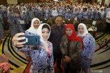 Ketua Umum DPP Ikatan Wanita Pengusaha Indonesia (IWAPI) Dyah Anita Prihapsari atau yang akrab dipanggil Nita Yudi (kedua kiri) berswafoto bersama Menteri Koperasi dan UKM Anak Agung Gede Ngurah Puspayoga (tengah), Gubernur Jawa Timur Khofifah Indar Parawansa (kedua kanan), Ketua Panitia Rakernas IWAPI Dewi Arimbi Soeharto Alamsyah (kanan) dan Ketua DPD IWAPI Jawa Timur Susmiati Rahmawati (kiri) saat Rakernas IWAPI yang ke-XXIX di Surabaya, Jawa Timur, Selasa (10/9/2019). Rakernas yang diikuti lebih dari 1.500 anggota IWAPI dari 33 provinsi tersebut mengusung tema
