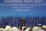 Menteri Koperasi dan UKM Anak Agung Gede Ngurah Puspayoga menyampaikan sambutan saat pembukaan Rakernas Ikatan Wanita Pengusaha Indonesia (IWAPI) yang ke-XXIX di Surabaya, Jawa Timur, Selasa (10/9/2019). Rakernas yang diikuti lebih dari 1.500 anggota IWAPI dari 33 provinsi tersebut mengusung tema