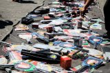 Sejumlah barang hasil temuan impor tidak sesuai izin siap dimusnahkan di kawasan Pergudangan Tambak Langon Surabaya, Jawa Timur, Selasa (10/9/2019).Kementerian Perdagangan melalui Direktorat Jenderal Perlindungan Konsumen dan Tertib Niaga (PKTN) memusnahan barang hasil temuan impor tidak sesuai izin berupa raket nyamuk, korek api, minyak ikan, luminer, dan kertas kanvas senilai Rp8 miliar dari empat importir. Antara Jatim/Umarul Faruq/zk