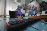 Penyiar melakukan siaran di Radio Karimata FM, Pamekasan, Jawa Timur, Rabu (11/9/19).emerintah menetapkan tanggal 11 September sebagai Hari Radio Nasional yang juga bertepatan dengan hari kelahiran Radio Republik Indonesia (RRI). Antara Jatim /Saiful Bahri/zk