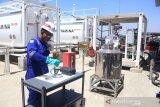 Petugas melakukan pengecekan kualitas Avtur untuk di distribusikan ke pesawat di Depot Pengisian Pesawat Udara (DPPU) Bandara BIJB Kertajati, Majalengka, Jawa Barat, Selasa (10/9/2019). Pertamina MOR III terus mendukung kebutuhan Avtur di Bandara BIJB dengan menyiapkan fasilitas pendukung untuk memenuhi kebutuhan maskapai. ANTARA JABAR/Dedhez Anggara/agr