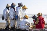 Seorang dokter memeriksa kesehatan relawan pembersih pesisir pantai terdampak tumpahan minyak mentah di Pantai Sedari, Cibuaya, Karawang, Jawa Barat, Selasa (10/9/2019). Pertamina bersinergi bersama Pertamedika melakukan pemeriksaan kesehatan atau